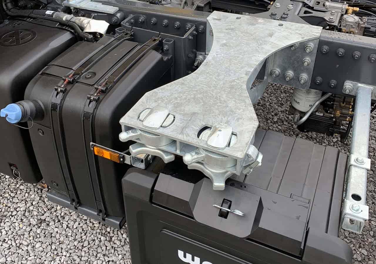 Doppelte Twist-Locks als BDF-Wechselsystem für den heckbündigen Transport von 745/782 Wechselbrücken