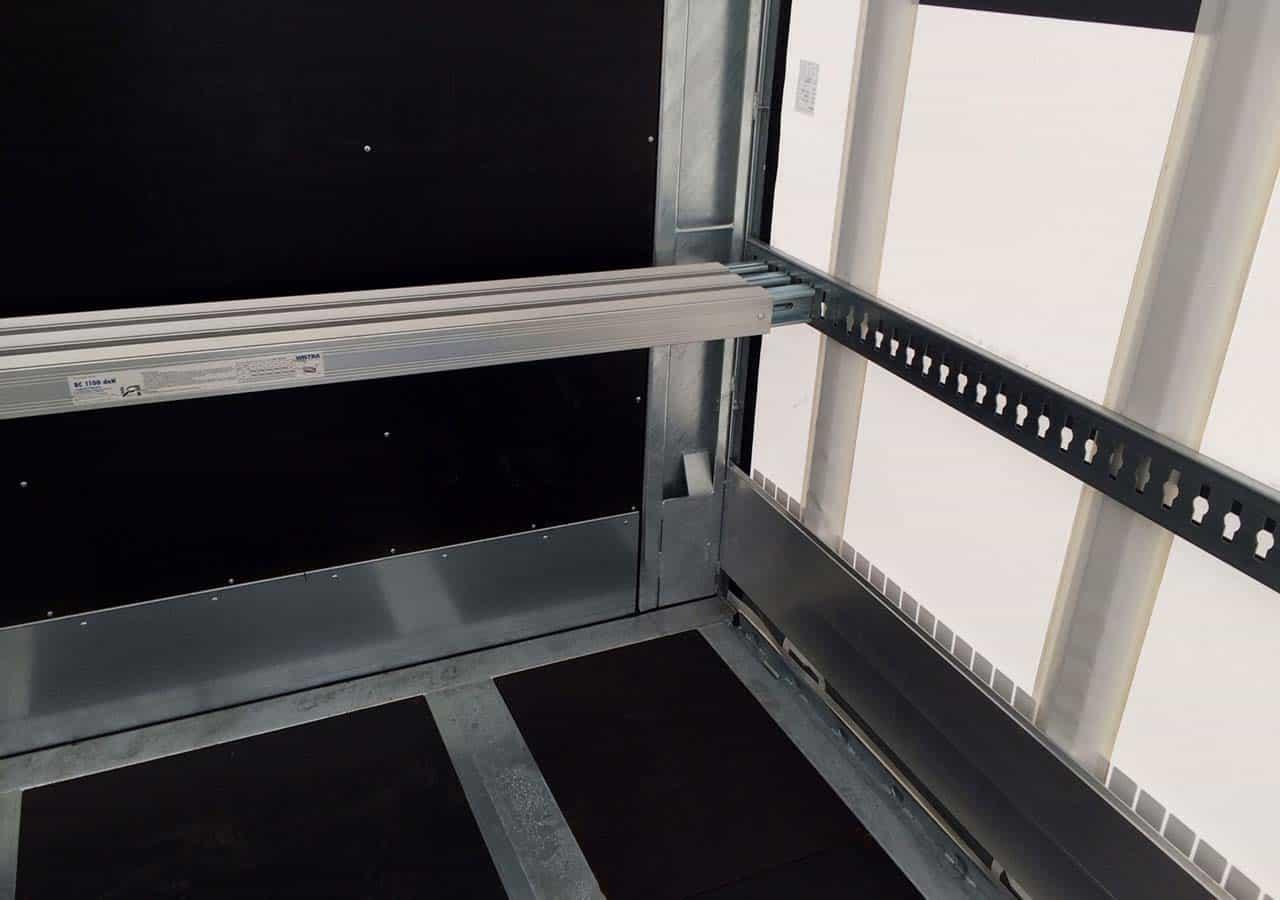 Rückwärtige Ladungssicherung über Stahl-Einstecklatten und Ladebalken
